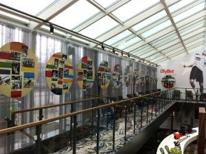 Spordiajalugu tutvustav näitus OlyBet spordibaaris.